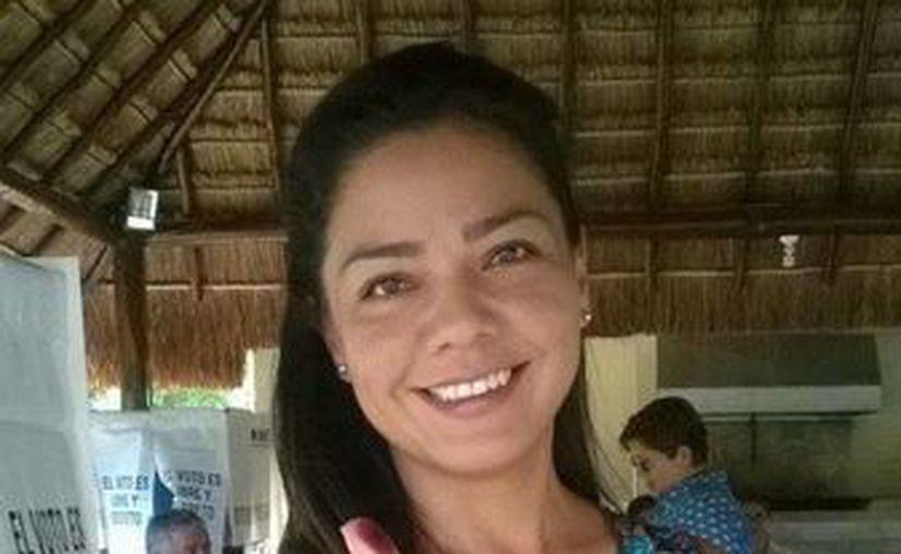 Olga Medina, candidata del Movimiento Ciudadano por el Distrito 01 acudió a su casilla a votar. (Octavio Martínez/SIPSE)