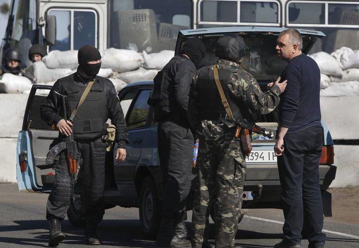 Soldados ucranianos revisan un automóvil cerca de la ciudad de Dolina, a 30 kilómetros de Slovyansk, Ucrania. (Agencias)
