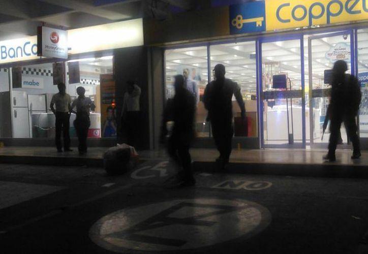 Un robo a mano armada fue reportado hoy en la tienda Coppel del centro de Cancún. (Sergio Orozco/SIPSE)