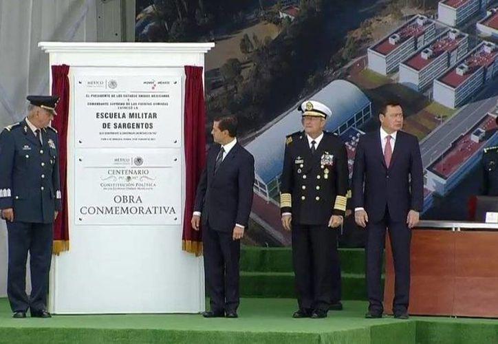 El presidente Enrique Peña Nieto develó la placa conmemorativa de la Entrega de Escuela Militar de Sargentos, en Puebla. (@PresidenciaMX)