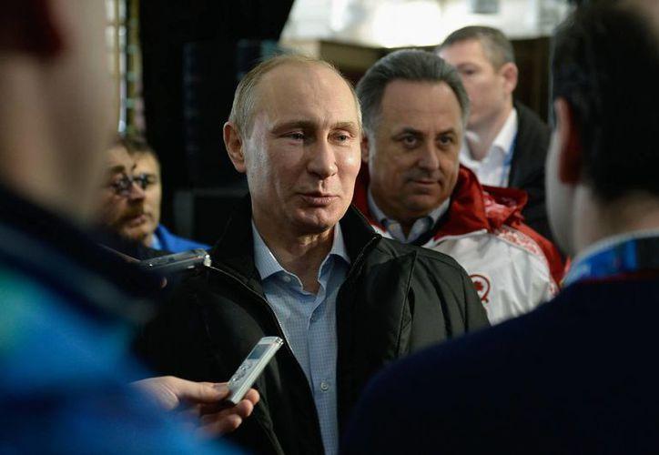 Vladimir Putin encabeza la lista de políticos más importantes, en la cual figura también Angela Merkel, canciller de Alemania. En la imagen, el mandatario ruso visita las instalaciones donde se realizarán los Juegos Olímpicos de Invierno de Sochi. (Agencias)