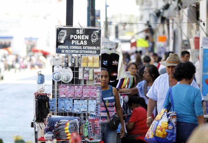 Vendedores informales se mantienen en las calles de Mérida. (SIPSE)