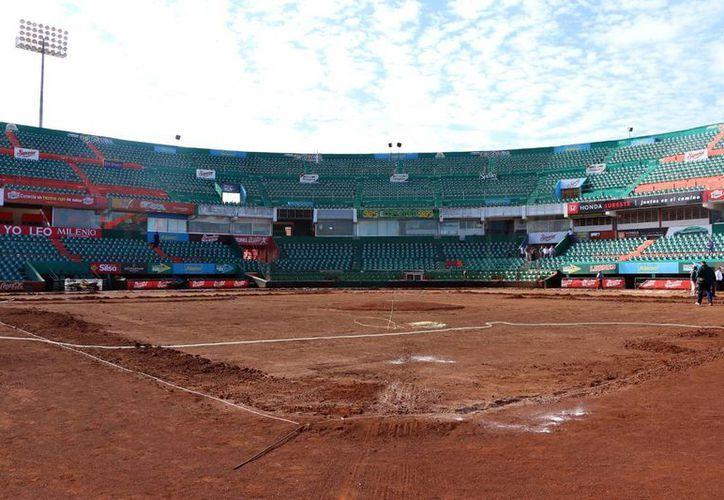 Imagen de los trabajos de instalación del nuevo pasto en el estadio de beisbol Kukulcán. Leones anunció la apertura de su campo de entrenamiento el próximo lunes 15, con la participación de 43 peloteros. (José Acosta/SIPSE)