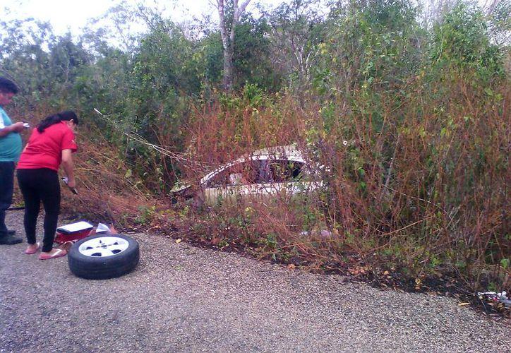 El automóvil se salió completamente de la carretera para luego estrellarse contra un árbol. (SIPSE)