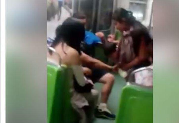 La joven entregó sus tenis a una mujer indígena que iba con su pequeño hijo. (Foto: Facebook)