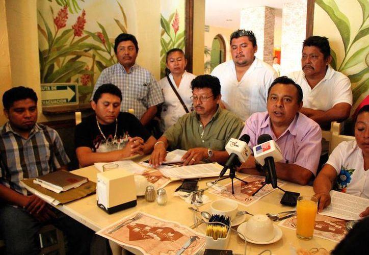 Los comerciantes de artesanías de la zona arqueológica de Chichén Itzá se dicen 'abandonados' por las autoridades con las que hace 4 años firmaron acuerdos que no se han cumplido. (José Acosta/SIPSE)