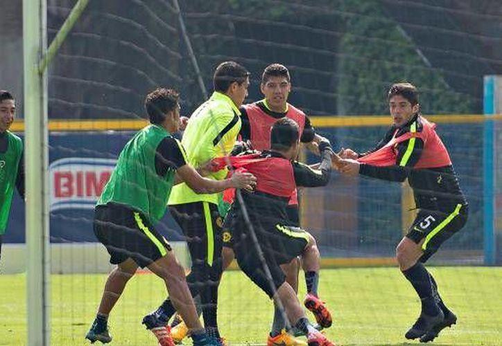 Javier Güemez y Adrián Marín tuvieron un enfrentamiento este martes en las canchas de Coapa donde el América entrenó de cara al partido contra UNAM. (Mexsport)