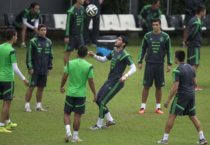 El portero suplente de la Selección Mexicana, Jesús Corona, domina el balón en un entrenamiento del Tri en Santos, previo a su duelo frente a Croacia. (Foto: AP)