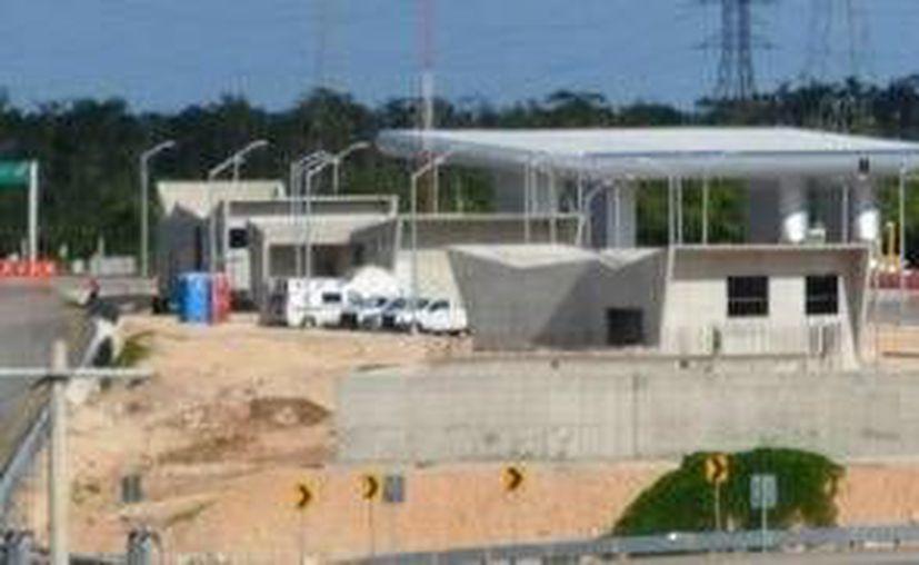 Fueron detenidos tres de los cinco participantes del robo a una caseta de cobro de autopista de loa carretera Playa del Carmen-Kantunilkín. (Foto/Internet)
