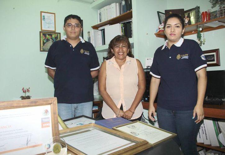 Silvia Ceballos López, con dos de los alumnos que la apoyan en el proyecto a favor de las microempresas en el Estado .(Jorge Acosta/SIPSE)