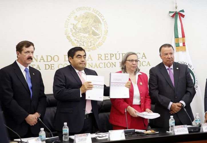 La Junta de Gobierno del INE entregó su informe anual al presidente de la Mesa Directiva del Senado, Miguel Barbosa, en reunión de trabajo de la Comisión de Educación en la Cámara alta. (Foto/Notimex)