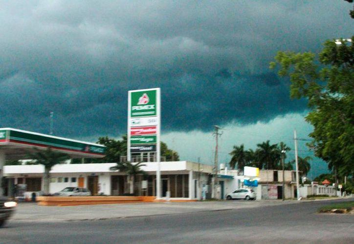 La previsión es que continuaría lloviendo un par de horas más con menor intensidad. (Ernesto Neveu/ SIPSE)