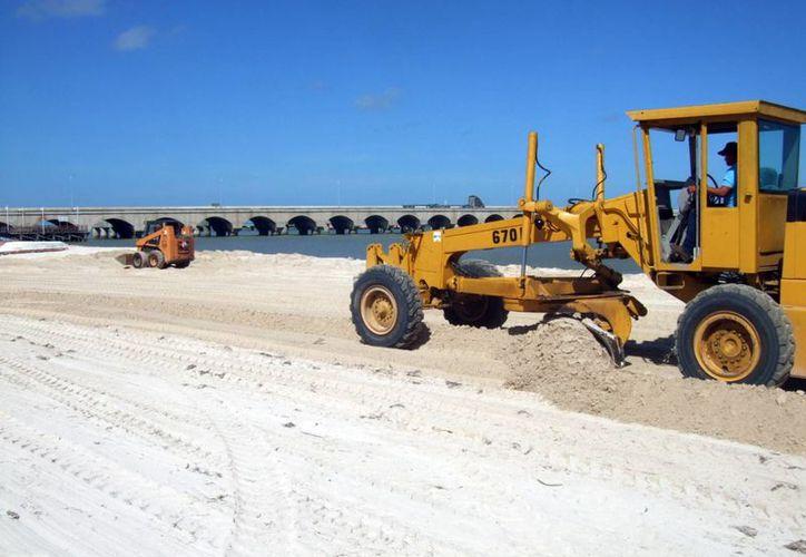 Trabajadores con maquinaria pesada realizaron trabajos en la playa de Progreso. (Milenio Novedades)