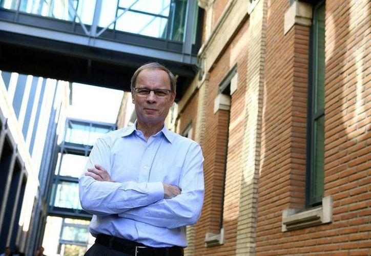 Jean Tirole posa para la prensa, a las afueras de sus oficinas en la Escuela de Economía de Tolouse, tras conocerse la noticia de que ganó el Premio Nobel de Economía 2014. (AP)