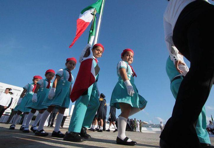 Este martes cuatro escuelas fueron abanderadas en el marco del Día de la Bandera de México, en Cozumel. (Gustavo Villegas/SIPSE)