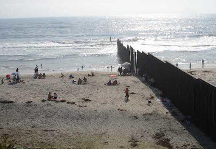 Doce nadadores nadaron para apoyar al Centro Colibrí de Derechos Humanos, que ayuda a familias a identificar a migrantes que mueren al cruzar la frontera. (Sin Embargo)