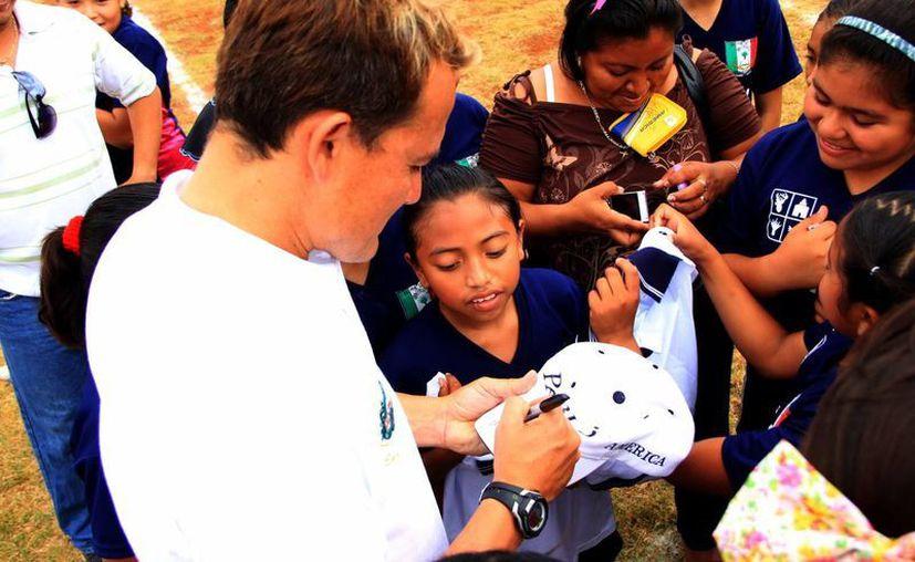 El Matador se dio tiempo para firmar autógrafos. (José Acosta/SIPSE)