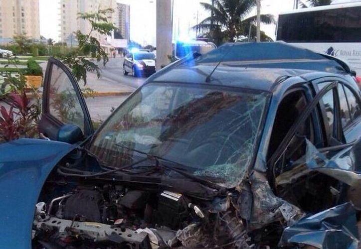 La conductora, que iba a exceso de velocidad, resultó herida; su acompañante falleció. (Redacción/SIPSE)