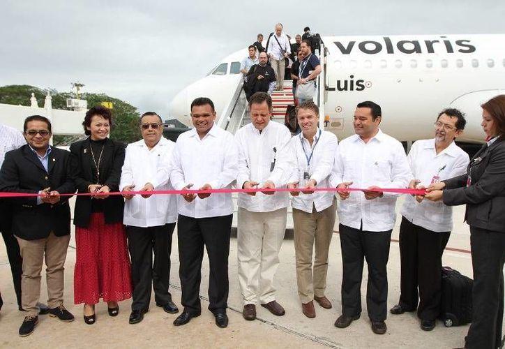 El Gobernador ayer presidió el inicio de operaciones de la ruta Mérida-México de la aerolínea Volaris. (Cortesía)