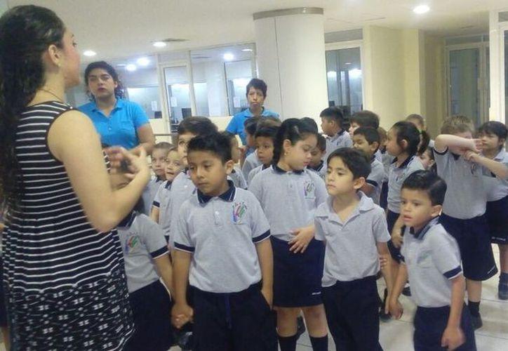 Alumnos de la escuela primaria José Vasconcelos visitaron las instalaciones del periódico. (Rubi Velázquez/SIPSE)
