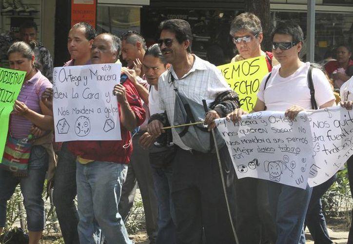 Granaderos impidieron el paso a oficinas del gobierno capitalino de invidentes que se manifestaron en demanda de locales comerciales en el Metro. Imagen de una marcha que se llevó a cabo el pasado mes de febrero. (Notimex)