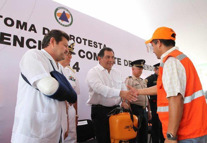 El secretario general de Gobierno, Víctor Caballero Durán, en la simbólica entrega de equipo contra incendios a los brigadistas. (Milenio Novedades)