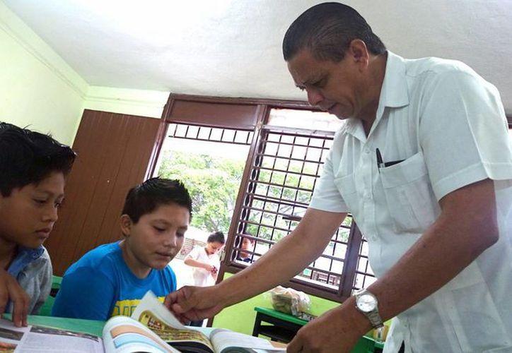 El exsilbante Freddy Sansores imparte clases en una primaria.