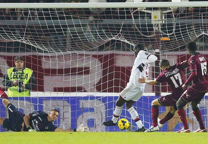 Balotelli (tercero desde la derecha) anota uno de sus goles fente al Livorno en la Liga Italiana de futbol soccer. (Agencias)