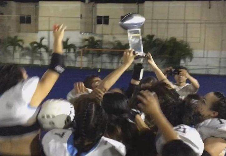 Las jugadoras levantaron la copa del campeonato. (Raúl Caballero/SIPSE)