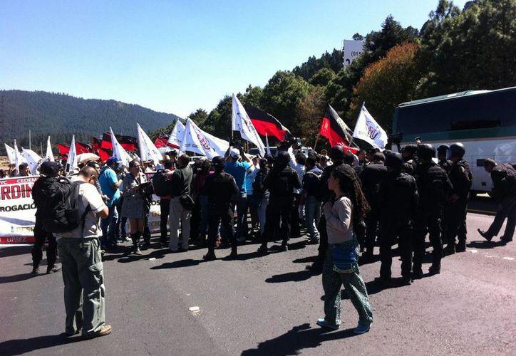 Maestros integrantes de la CNTE al realizar una marcha de La Marquesa a la capital del Estado de México. (Archivo/Notimex)