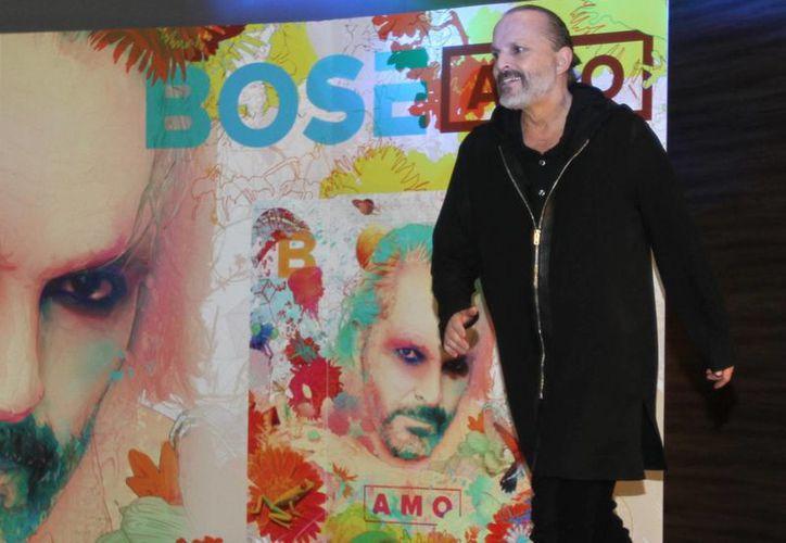 En la portada del nuevo disco de Miguel Bosé, 'Amo', se encuentran cosas que de alguna manera lo han ido atrapando, como la astronomía, las fórmulas físicas, la cuántica y la biología marina. (Notimex)