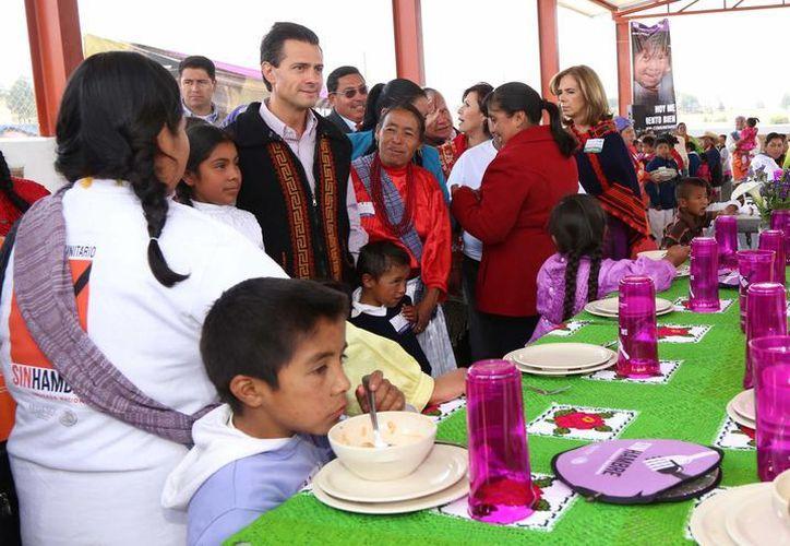 La Cruzada contra el Hambre lleva dos años operando. En la imagen, el presidente Enrique Peña Nieto visita uno de los comedores comunitarios del programa. (Archivo/Notimex)