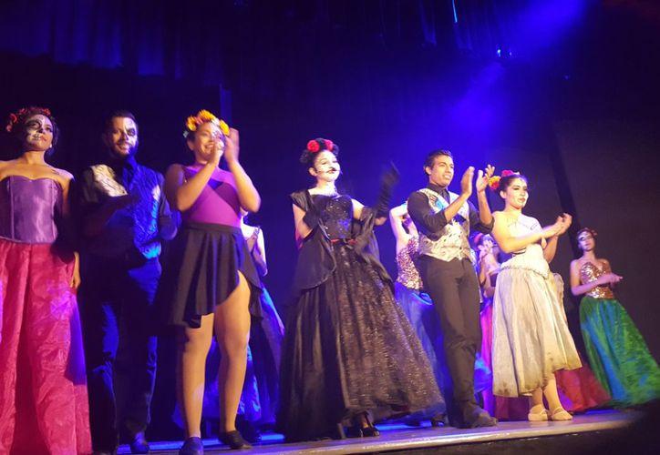 Los jóvenes presentaron bailables en el teatro 8 de Octubre. (Jocelyn Díaz/SIPSE)