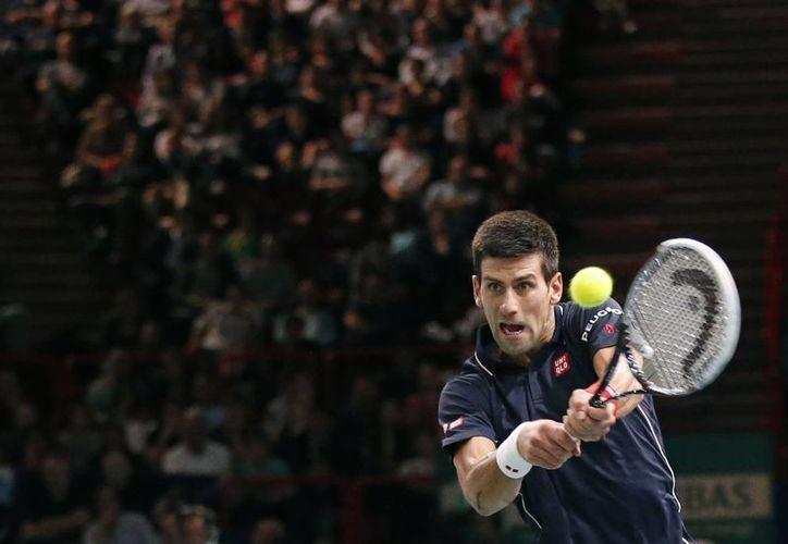 El tenista número 1 del mundo no tuvo muchos problemas para calificar a semifinales en París al vencer en dos sets a Andy Murray. (Foto: AP)