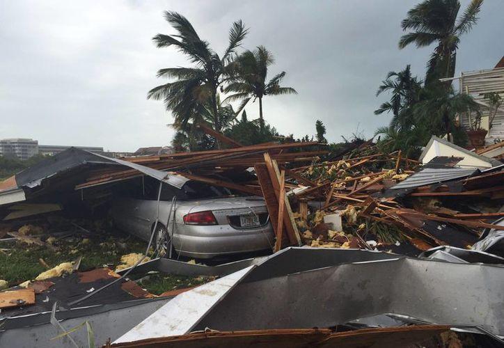 Esta foto propordionada por el condado Sarasota muestra el daño a un vehículo a consecuencia de las tormentas del domingo 17 de enero de 2016, en Sarasota, Florida. (Sarasota County Government vía AP)
