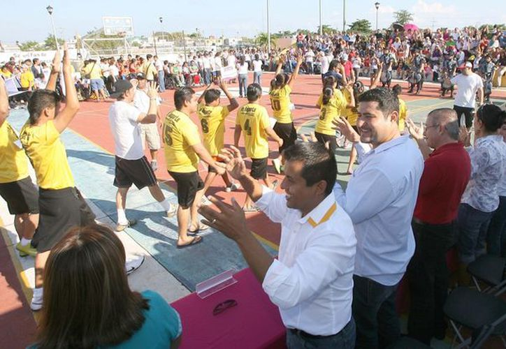 """Con perseverancia y tenacidad, decenas de personas con discapacidad participaron en el  arranque de la Semana de Discapacidad que se lleva a cabo en el estadio """"Toro Valenzuela"""". (Redacción/SIPSE)"""
