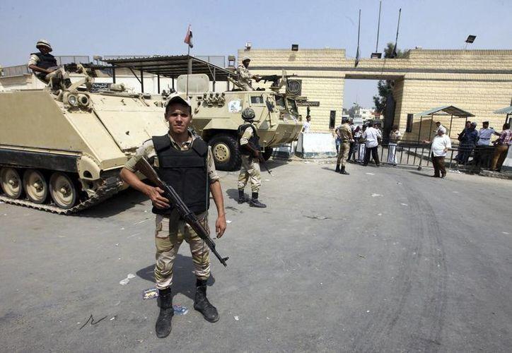 Un soldado de las Fuerzas Armadas egipcias custodia la entrada de una cárcel. Foto de contexto. (EFE/Archivo)