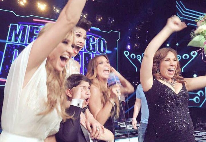 El dúo Ha*Ash y la familia Barraza alzaron la copa anoche del programa 'Me pongo de pie'. (Facebook de Ha*Ash)