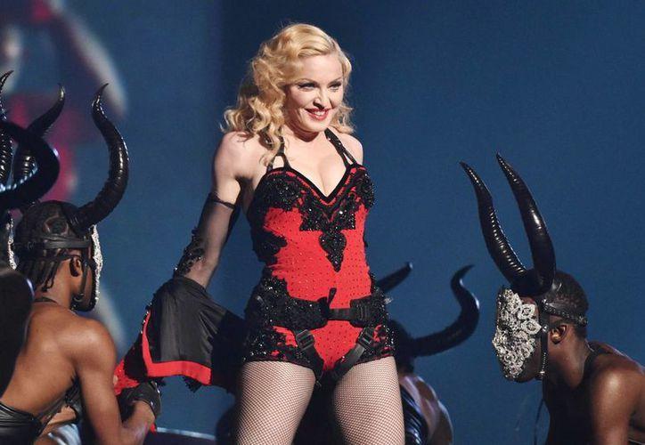 Madonna afirma que admira a Miley Cyrus por no importarle lo que la gente piensa. La imagen es de su actuación en los recientes premios Grammy. (Agencias)