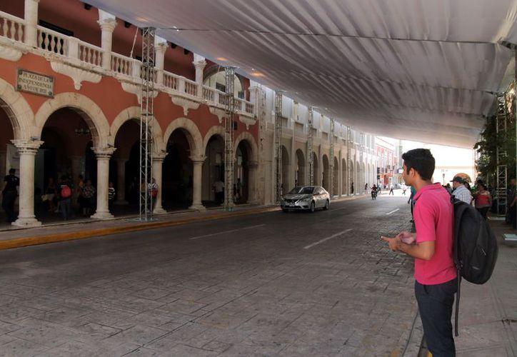 La instalación de la estructura techada formó un túnel del Palacio Municipal hasta el Centro Cultural Olimpo. (Foto: Milenio Novedades)