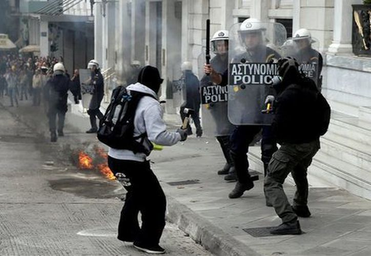 Un grupo de personas que salió a las calles del centro de Atenas a protestar fue dispersado con gases lacrimógenos. (Reuters).