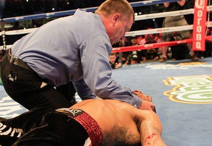El réferi Jon Schorle dejó de aplicar la cuenta de protección a Kirkland para atenderlo luego del nocaut que le propinara Saúl El Canelo Álvarez en el tercer asalto. (Foto AP)