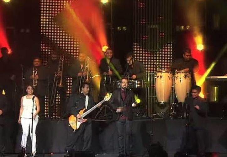 Aleks Syntek, quien se adentra cada vez más en la cumbia, estrenó el video de 'Tu recuerdo divino, tercer sencillo de su más reciente disco. (laurag.tv)