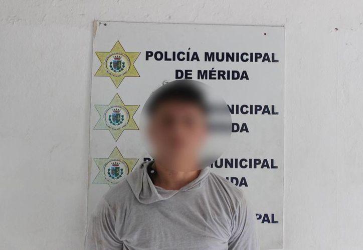 Policías municipales arrestaron en el centro de Mérida a un hombre que asaltó a un empleado de un comercio que transportaba mucho dinero para pagar a proveedores. (Foto cortesía de la Policía Municipal de Mérida)