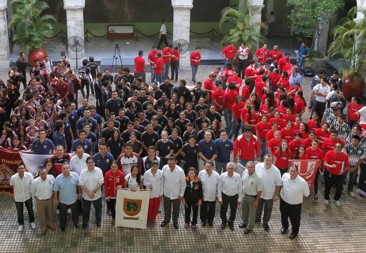 La ceremonia del abanderamiento de delegación yucateca que irá a la Universiada en la BUAP se realizó en el patio central de Palacio de Gobierno. (SIPSE)