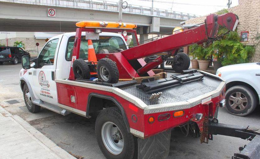 Cuatro empresas que dan servicio de remolque de vehículos firmaron acuerdos con el Ayuntamiento de Solidaridad. (Daniel Pacheco/SIPSE)