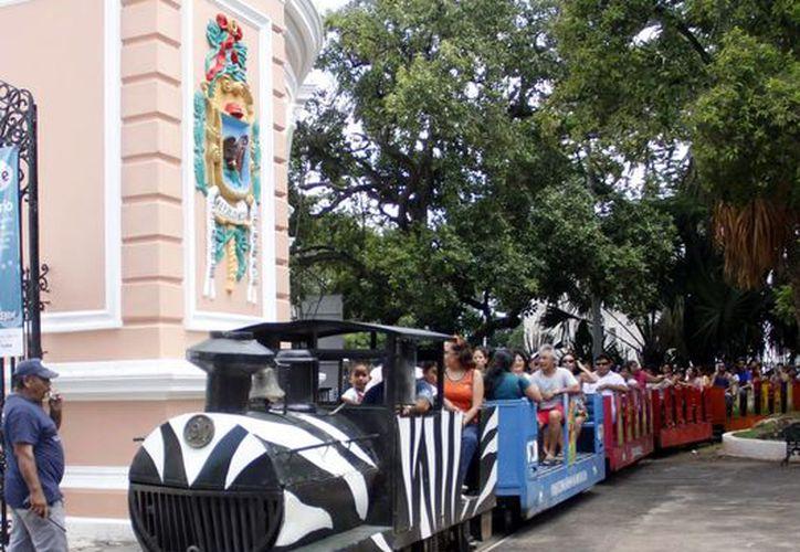 Meridanos se divierten en el zoológico de El Centenario. (Milenio Novedades)