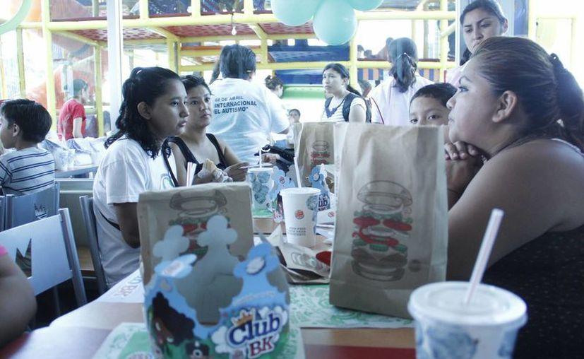 Niños con autismo conviven durante el desayuno de esta mañana. (Juan Carlos Albornoz/SIPSE)
