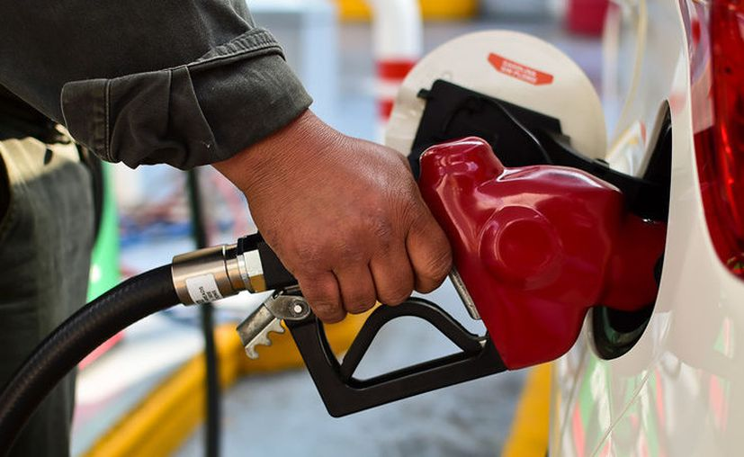 Este viernes se publicó en el DOF la eliminación del estímulo a las gasolinas Magna y Premium, lo cual encarecerá el combustible. (AFP)