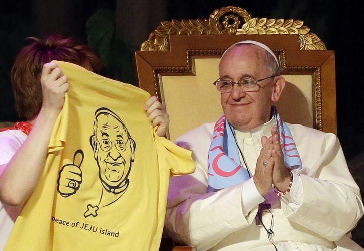 Durante su encuentro con jóvenes católicos en el Santuario Solmoe en Dangjin, Corea del Sur, el Papa Francisco recibió una playera con su imagen como regalo. (Agencias)